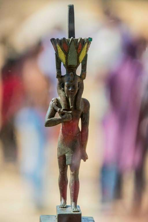 L'une des statuettes retrouvées par la mission ayant découvert 59 sarcophages intacts à Saqqara, présentée le 3 octobre 2020. Celle-ci est en bronze, incrustée de pierres précieuses (agate rouge, turquoise et lapis-lazuli) et représente le dieu Néfertoum. © Khaled Desouki, AFP