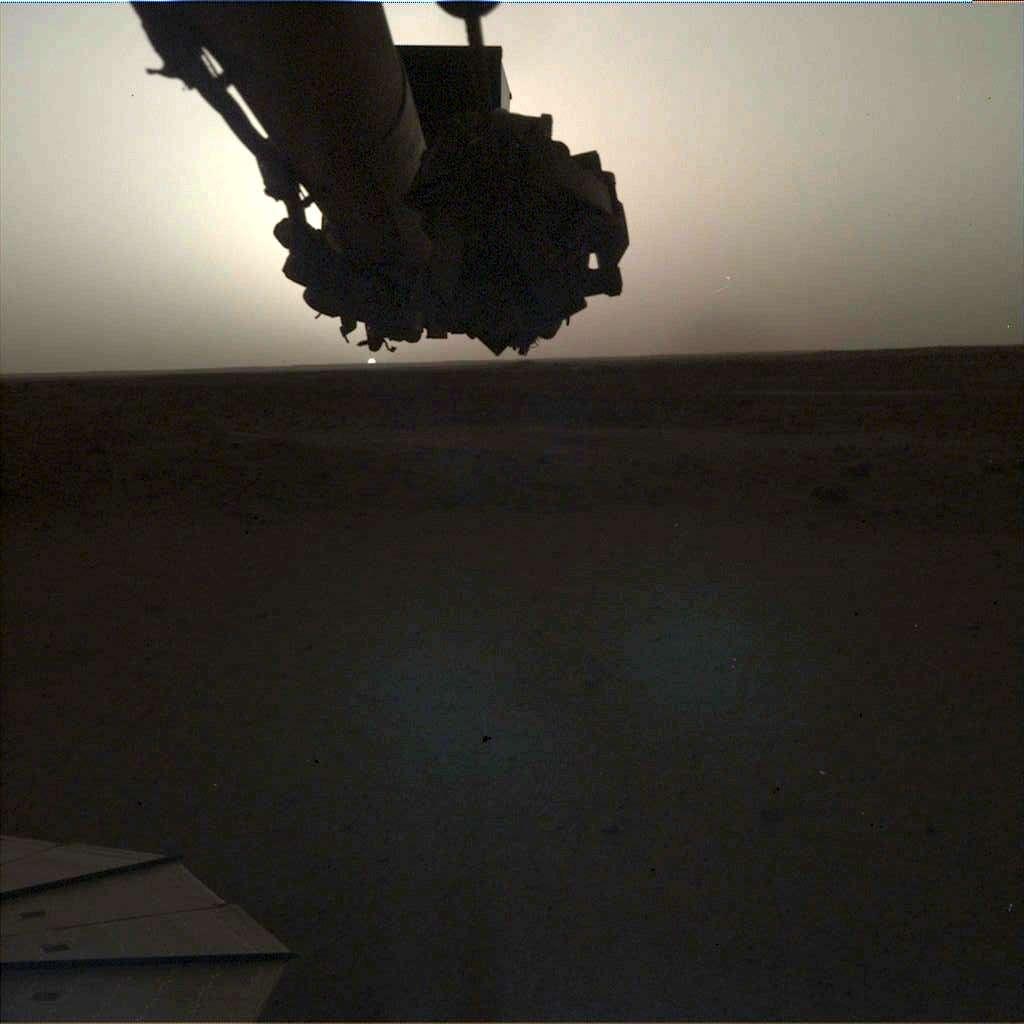 Un lever de Soleil vu depuis Elysium Planitia par InSight le 24 avril (Sol 145) à 5 h 30, heure de Mars (image brute). © Nasa, JPL-Caltech
