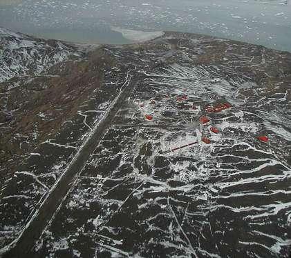 Vue aérienne de la base antarctique Marambio, la station de recherche scientifique argentine, située sur l'île Seymour, en mer de Weddell. © JonySniuk, Wikimedia Commons, CC by-sa 3.0