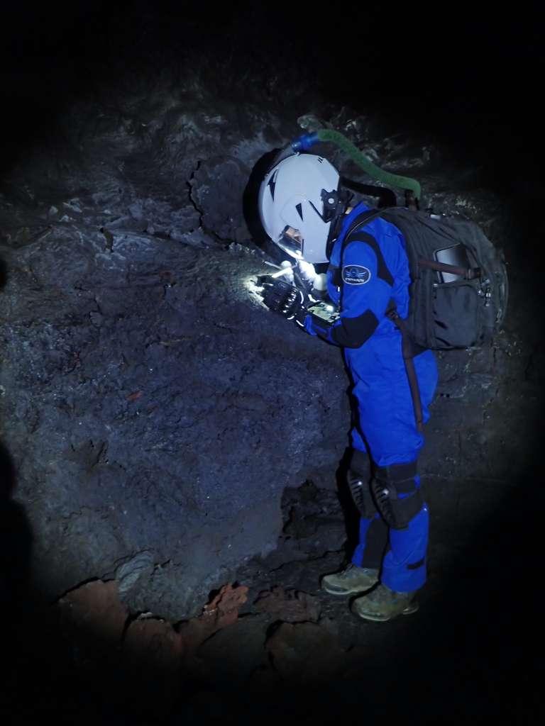 Un membre de l'équipage de l'Hawai'i Space Exploration Analog and Simulation (HI-SEAS) en train d'étudier les tubes de lave du volcan Mauna Loa (Hawaï) comme il pourrait le faire sur la Lune ou sur Mars. © HI-SEAS