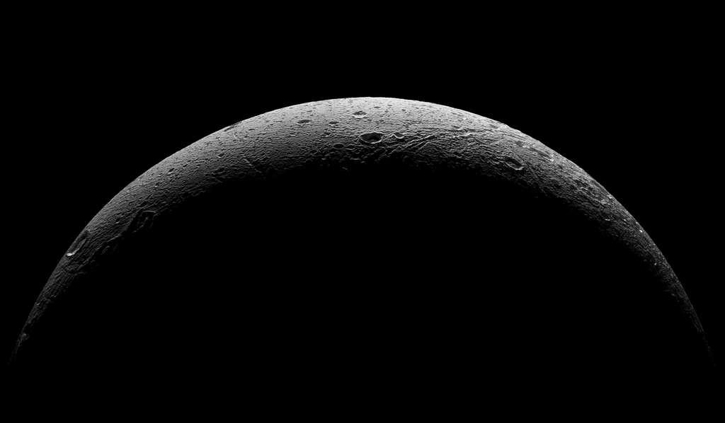 Dernière image de Dioné capturée par Cassini, le 17 août 2015. La sonde, alors en train de s'éloigner, était à 75.000 km de la surface de ce petit monde glacé. © Nasa, JPL-Caltech, Space Science Institute
