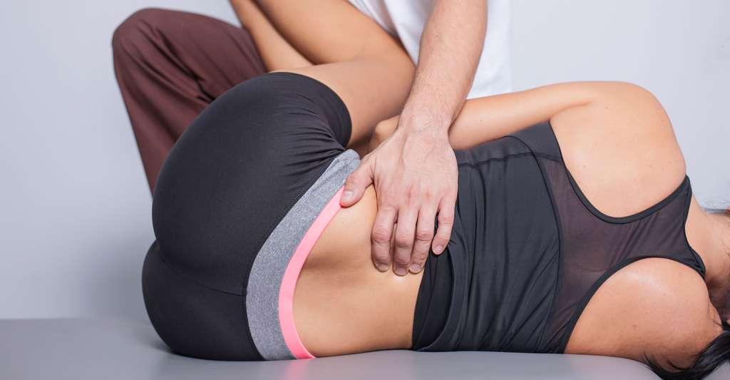 Il peut être utile pour soulager le dos de faire des exercices. © Pawel Michalowski - Shutterstock