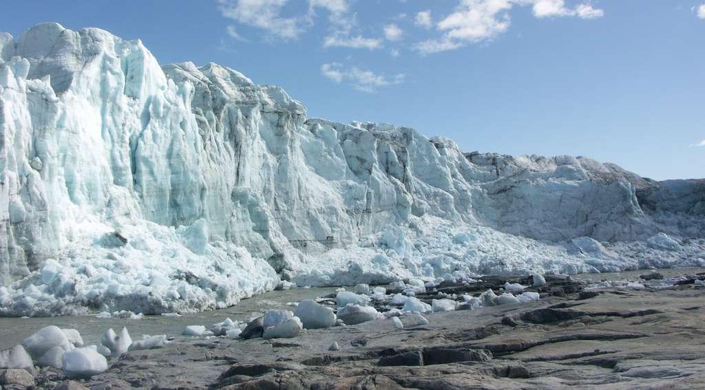 La calotte glaciaire du Groenland mesure plus de deux kilomètres d'épaisseur. Les couches de glace les plus anciennes datent de 110.000 ans. Le Groenland est largement menacé par le réchauffement climatique. Si tout l'inlandsis se mettait à fondre, cela provoquerait une élévation du niveau de la mer de 7,2 m. © Algkalv, Wikipédia, DP