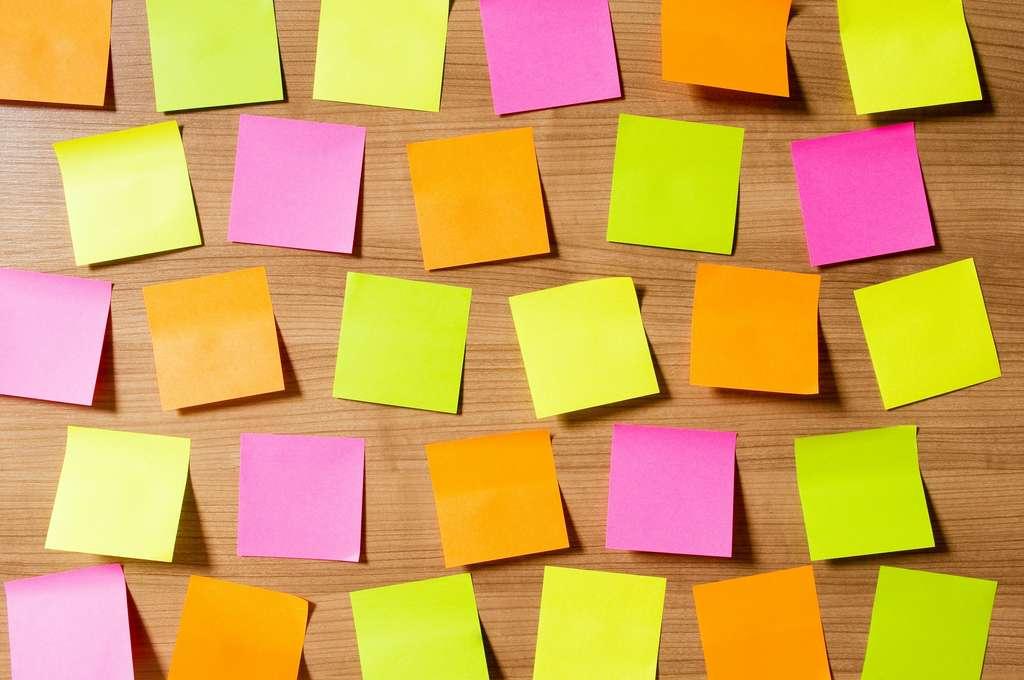 Décliné en dizaines de couleurs et formats, le Post-it est largement utilisé en entreprise et à la maison. © Elnur, Adobe Stock