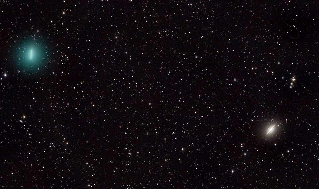 À gauche, la comète Iwamoto, à droite, la galaxie du Sombrero (M104). © Ian Griffin (Otago Museum), Apod