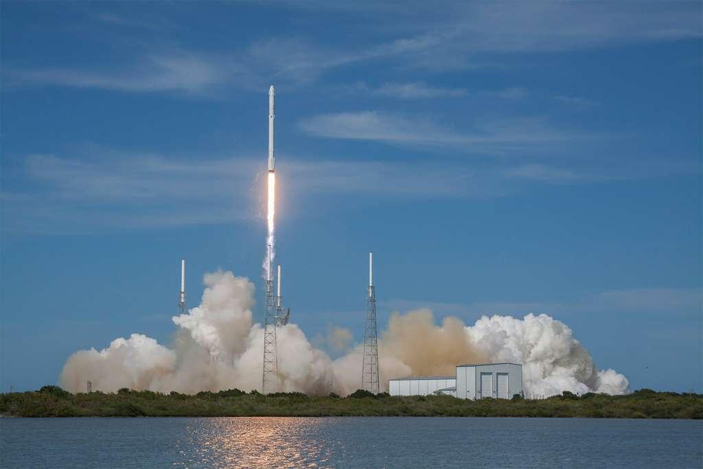 En raison de la montée en puissance du Falcon 9, SpaceX pourra se targuer d'avoir influencé la définition de la future Ariane 6 et du Vulcan. ULA se devait d'adopter un nouveau lanceur sans moteur russe (aujourd'hui, certains de ces lanceurs utilisent le moteur RD-180) et de proposer un lanceur moins cher alors que le gouvernement américain s'apprête à autoriser SpaceX à concourir pour lancer ses satellites. © SpaceX
