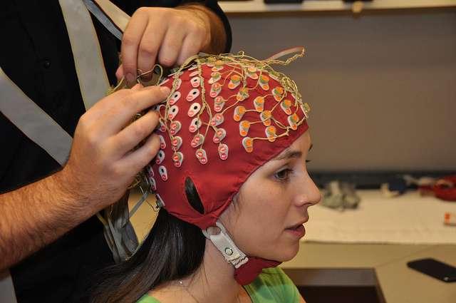 La lecture de l'activité cérébrale passe par le recours à un casque EEG (électroencéphalogramme). La méthode développée par les chercheurs du Centre de recherche basque sur la cognition, le cerveau et le langage n'utilise que trois électrodes. Mais il n'en demeure pas moins qu'un système biométrique nécessitant le port d'un tel équipement est plus contraignant que les solutions existantes basées sur la reconnaissance des empreintes digitales ou de l'iris. © Simon Fraser University, Flickr, CC BY 2.0