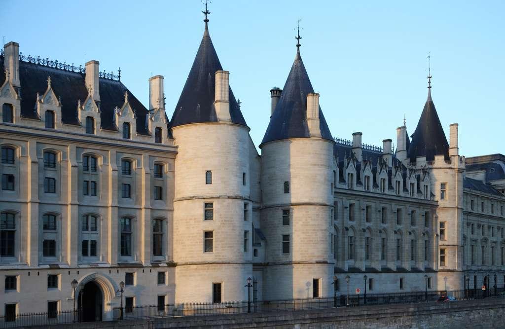 La Conciergerie, île de la Cité, Paris ; ancien palais royal devenu siège de Cour souveraine (Parlement), puis prison attenante au Palais de Justice. © Wikimedia Commons, domaine public