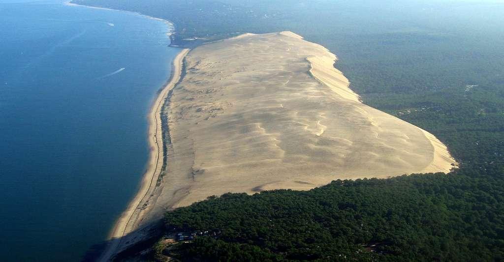 La crête sommitale de la dune du Pyla domine la mer et la forêt des Landes de ses 114 mètres de hauteur. © Larrousiney CC BY-SA 3.0