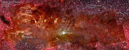 Cliquer pour agrandir. A gauche de Sgr A, quelques objets remarquables, dont l'énorme étoile Pistol Star, une supergéante bleue. Crédit : Nasa