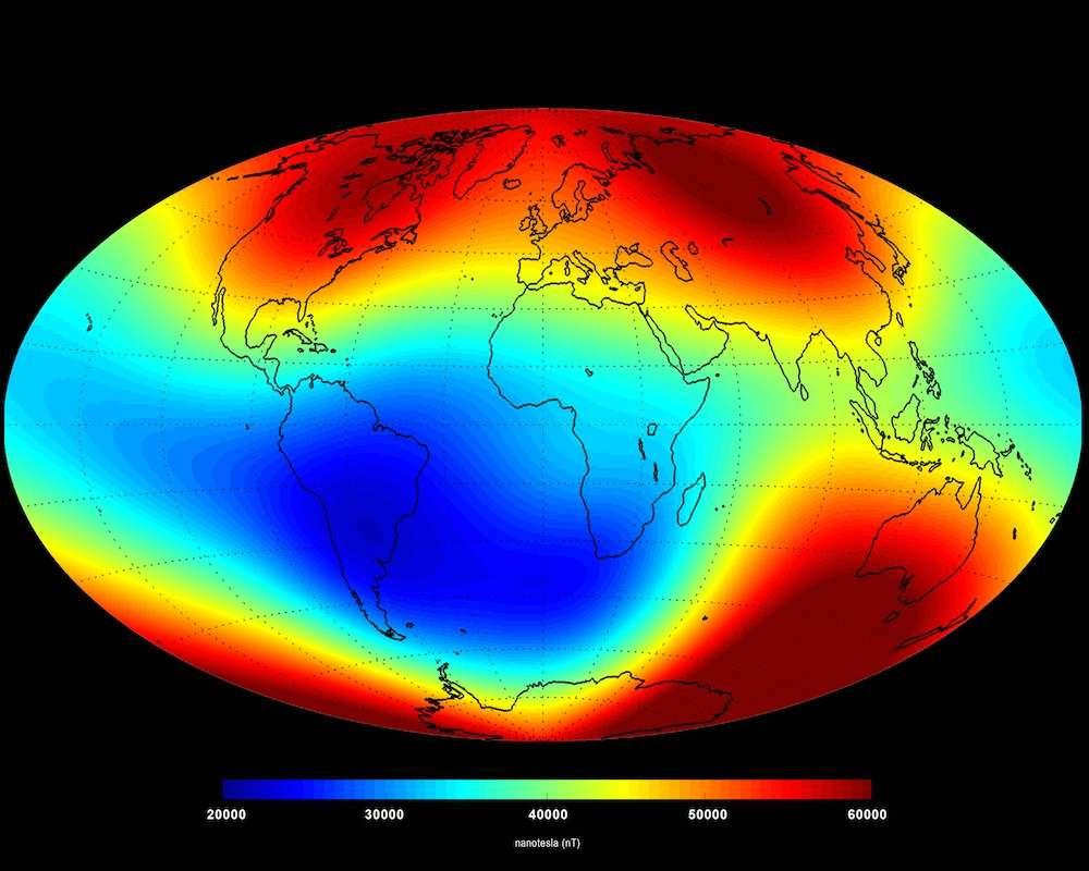 Carte des fluctuations du champ magnétique en juin 2014. 95 % du magnétisme observé par le trio Swarm a pour origine le noyau terrestre. Les scientifiques tentent de distinguer les autres sources possibles telles que les océans, la croûte terrestre, le manteau ou l'ionosphère. L'intensité du champ magnétique est plus forte dans les régions colorées en rouge. © Esa, DTU Space