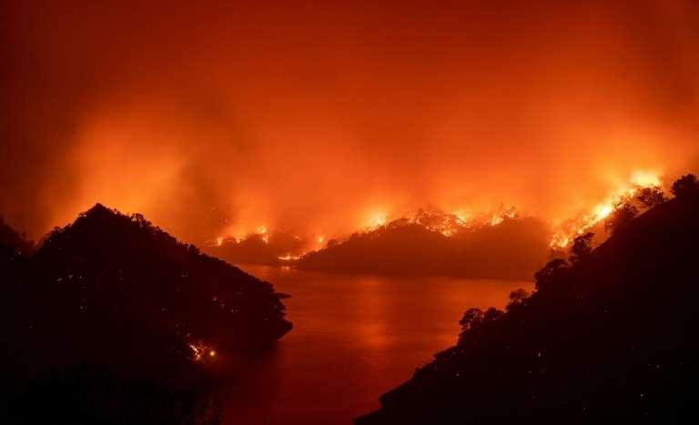 L'incendie LNU Lighning Complex encerclant le lac Berryessa à Napa, le 19 août 2020, en Californie. © Josh Edelson, AFP