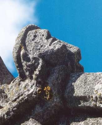 Fig. 2. Due aux pluies acides, l'altération de la pierre, témoin du passage du temps, a émoussé les reliefs de cette tête sculptée, placée au sommet d'une église. © DR