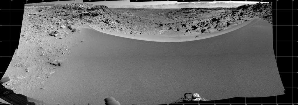 Mosaïque de 16 images capturées avec la caméra de navigation (NavCam) de Curiosity, le 30 janvier (sol 528). Le passage Dingo Gap est envisagé comme nouvelle route vers le prochain site de forage KMS-9. Les vallées de l'ouest s'étalent en contrebas de ce petit promontoire. Les dunes rocailleuses à gauche et à droite mesurent un mètre de hauteur. © Nasa, JPL, MSSS
