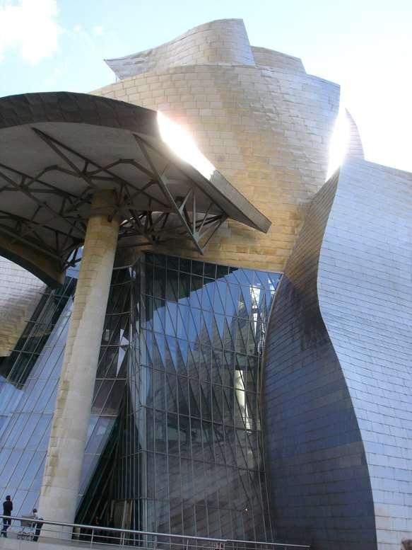 Le musée Guggenheim de Bilbao vu depuis l'esplanade