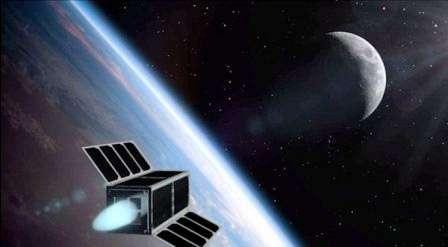 Vue d'artiste d'un engin économe en route vers la Lune. Les panneaux solaires produisent de l'énergie électrique utilisée pour éjecter vers l'arrière un fluide ionisé. Le moteur MicroThrust n'a besoin que d'un litre de ce liquide pour assurer le voyage vers notre satellite à un engin miniature. © DR