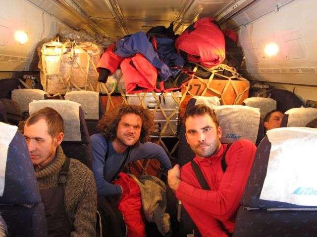 Alan Le Tressoler (à gauche, derrière) et Julien Cabon (à droite) dans l'avion russe, en route vers le pôle Nord. © Pôle Nord 2012