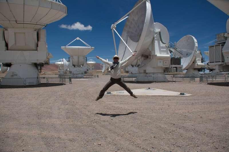 Au milieu du désert d'Atacama, des antennes de 7 à 12 m de diamètre sont pointées en direction du ciel. C'est le radiotélescope géant Alma, Atacama Large Millimeter Array. © Rémy Decourt, Futura-Sciences