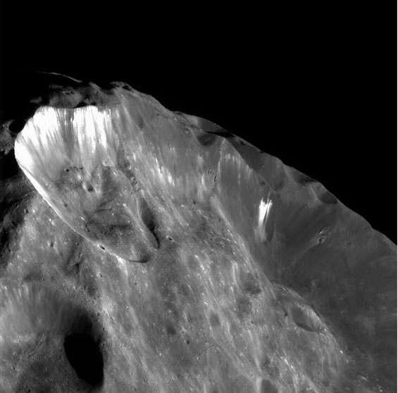 Zoom sur un des grands cratères de Phoebe