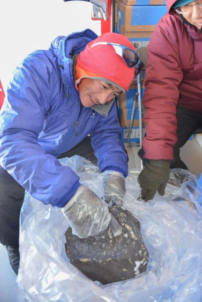La plus grosse météorite retrouvée durant la mission Samba. Elle pèse 18 kg, et c'est une chondrite. © International Polar Foundation
