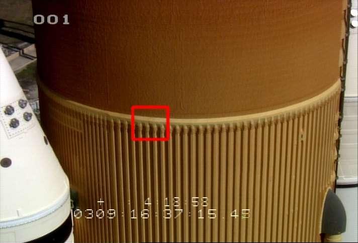 La déchirure découverte dans la mousse isolante (photo du bas) se trouve dans la partie haute du grand cylindre contenant les réservoirs d'oxygène et d'hydrogène liquides. Sur la photo du haut, on distingue le haut des deux boosters. © Nasa