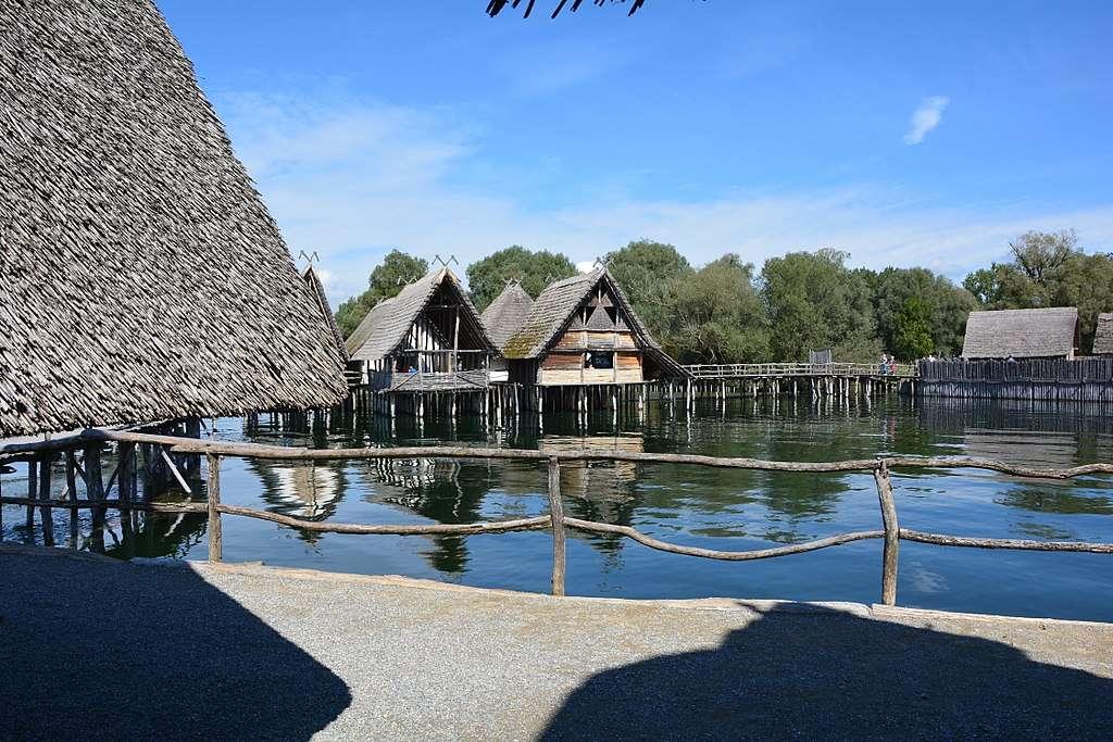 Un village néolithique sur palaffites reconstitué. © Bybbisch94, Christian Gebhardt, Wikimedia commons, CC 4.0