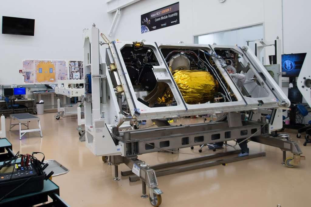 Un satellite Iridium Next à cœur ouvert avec, à gauche du réservoir central, ses roues à inertie. © Rémy Decourt