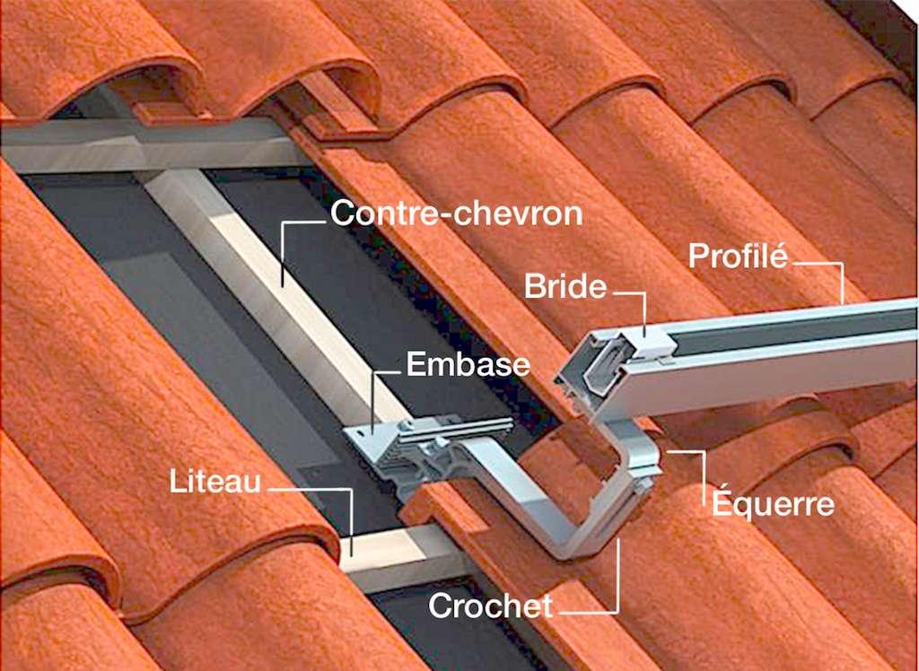L'embase se fixe ici à l'aide de tirefonds sur un contre-chevron. Elle reçoit un crochet et une équerre assemblés par boulons et écrous. Le profilé (ou rail) se visse à l'équerre par le dessous. Il comporte des brides servant à la fixation des capteurs. Sa hauteur se détermine en fonction de celle des éléments de couverture. © Easy Roof System by IRSTF