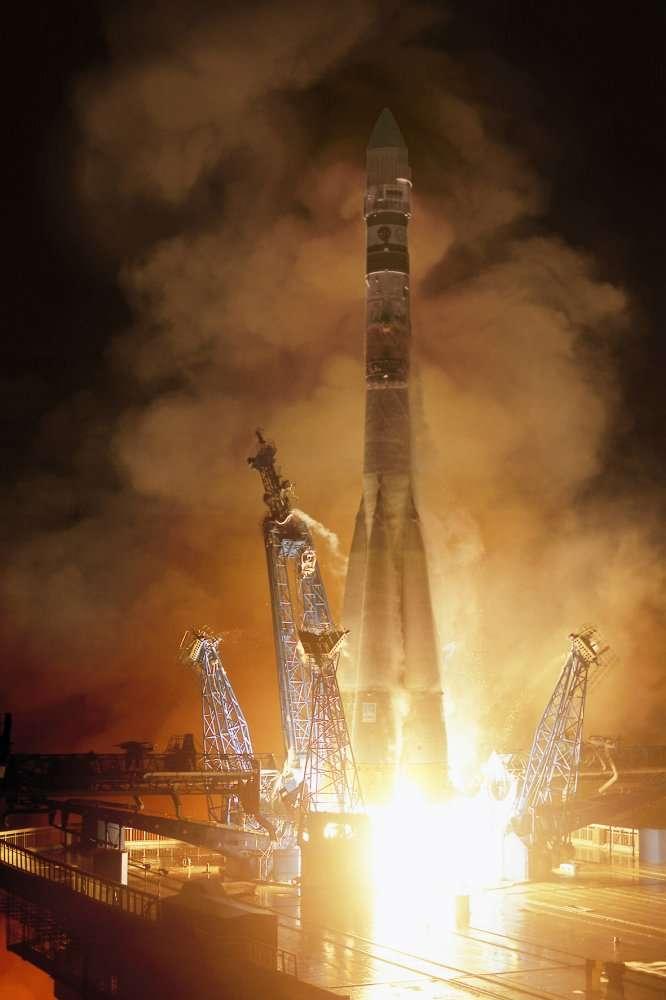 Une fusée Soyouz au départ. On remarque la disposition des quatre propulseurs d'appoint, en fagot, autour du corps central. © Aeropatiale (Astrium)