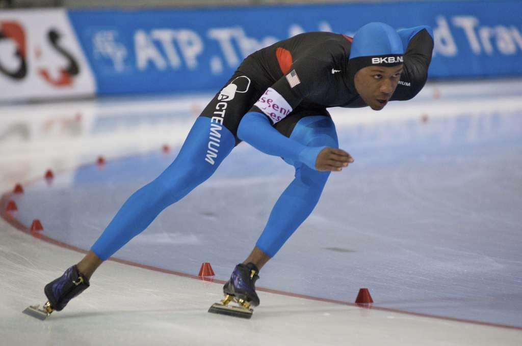 Shani Davis est double champion olympique de patinage de vitesse, spécialiste du 1.000 et du 1.500 m. Il concourait aujourd'hui sur 500 m avec la fameuse combinaison… mais n'a pas remporté de médaille pour autant ! © Onnoweb, Flickr, cc by nd 2.0