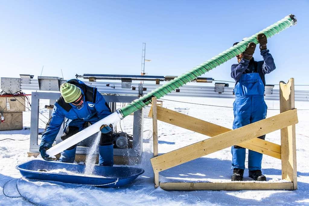 Extraction d'une carotte de glace en Antarctique pendant les campagnes de présélection du site de forage. © Thibaut Vergoz, Institut polaire français, CNRS