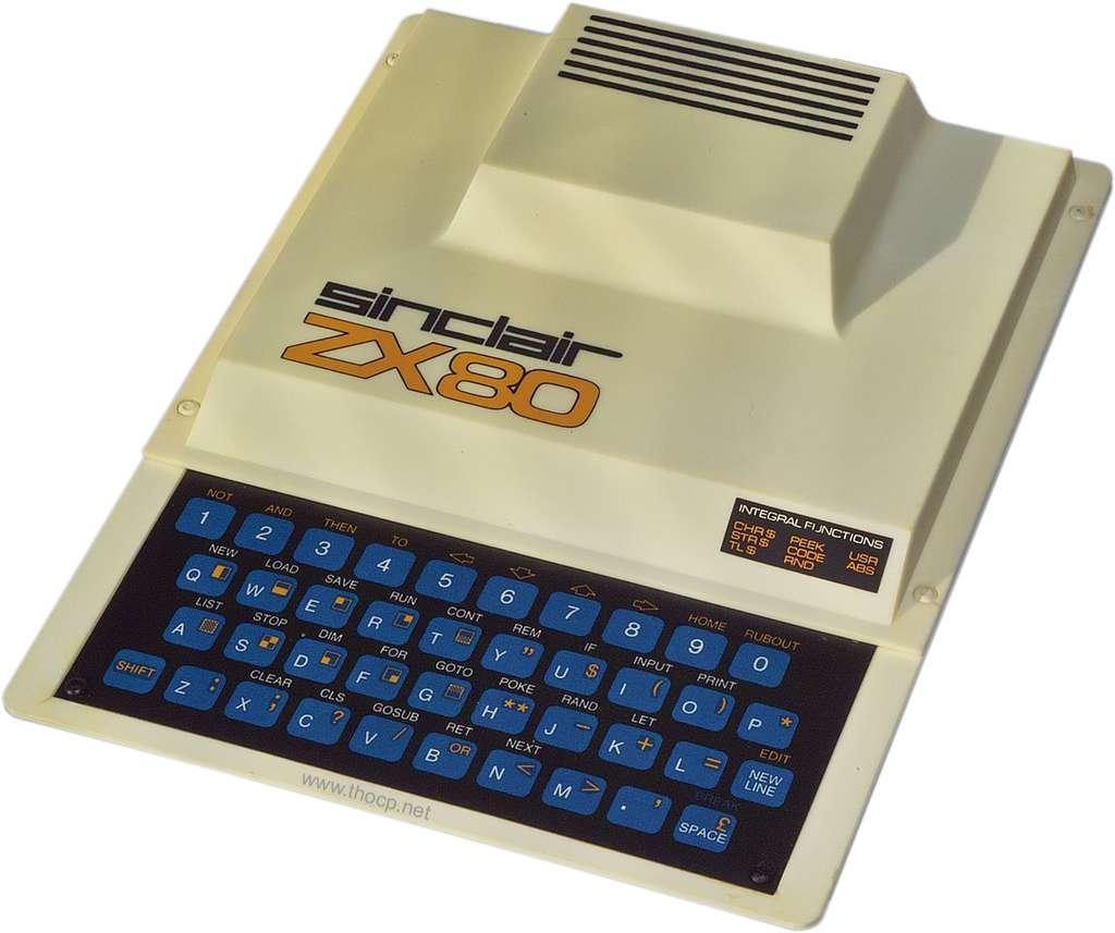 Le Sinclair ZX 80, sans écran, sans programme, à connecter sur un téléviseur... et à programmer soi-même. En Grande-Bretagne, il était proposé à moins de 100 livres et à moins de 1.000 francs. © DR
