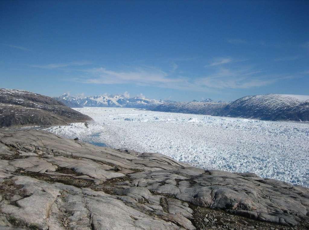 Des courants glaciaires, comme celui du glacier Helleim à l'image, parcourent le Groenland comme de grandes rivières de glace qui s'écoulent des terres vers la mer, et contribuent donc à élever le niveau des océans quand les quantités d'eau gelée qui tombent dans la mer sont plus importantes que celles qui se figent à l'intérieur du territoire. © Shfaqat Abbas Khan