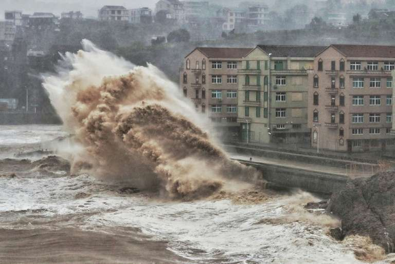 Une tempête affecte le front de mer de Taizhou, dans l'est de la Chine, le 9 août 2019. On s'attend à ce que les phénomènes extrêmes tels que les tempêtes se multiplient avec le changement climatique, provoquant des dégâts de plus en plus importants sur les côtes, déjà mises à mal par la hausse du niveau marin. © AFP/Archive