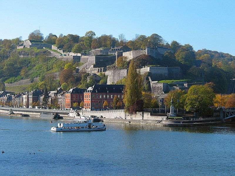 La citadelle de Namur est l'un des plus beaux vestiges du Moyen Âge belge. Aujourd'hui, le touriste peut se promener sur ce site historique accroché à la Meuse, avec de nombreux parcours commentés. © Anoel, CC by-nc 3.0