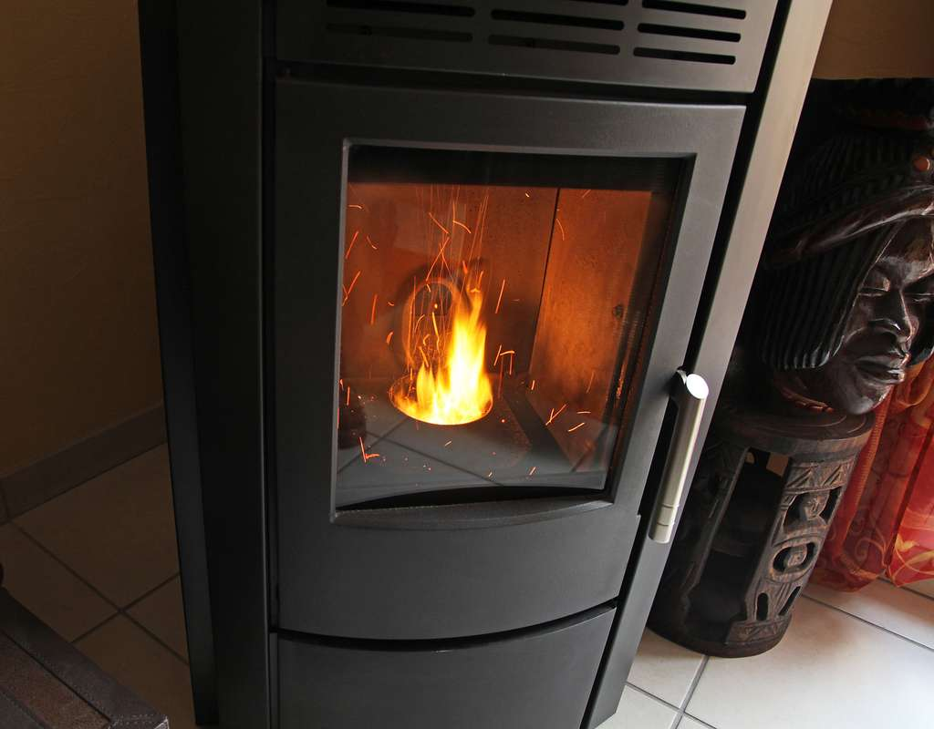 Le poêle à granulés permet de diviser vos factures de chauffage par deux. © hcast, Adobe Stock