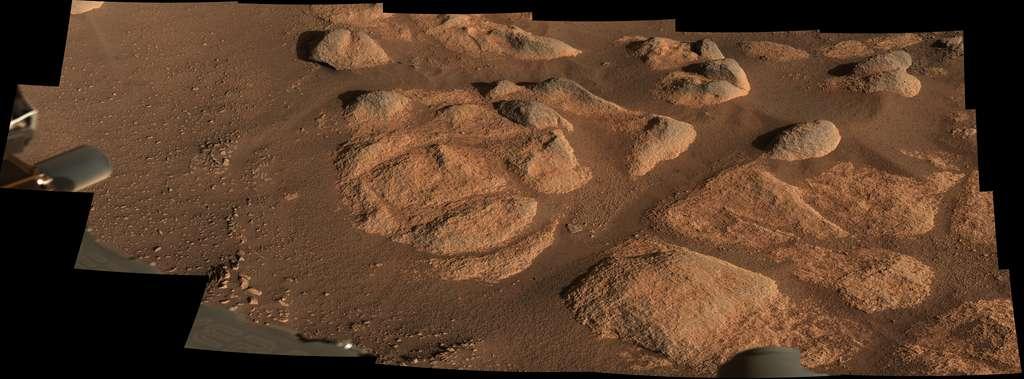 Le 27 avril 2021, Perseverance pointait son imageur Mastcam-Z sur ces roches. La scène se joue sur environ 3 mètres de large et les plus petits détails captés sont de l'ordre du millimètre. © Nasa, JPL-Caltech, ASU, MSSS