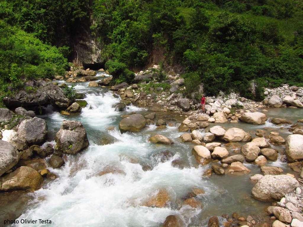 La résurgence du plateau de Formon. À droite, la rivière principale avec un débit de 50 l/s. Au fond, la grotte d'où sort plus de 1.000 l/s. © Olivier Testa