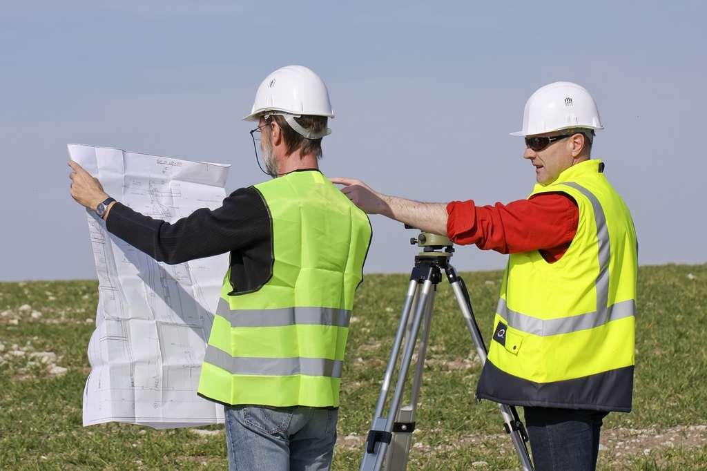 Grâce aux mesures relevées sur le terrain, le géomètre-topographe va pouvoir établir des cartes et délimiter des parcelles. © Patrick J., Fotolia.