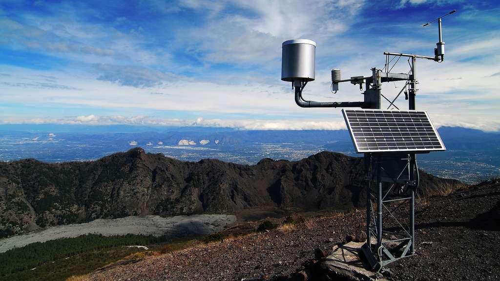 Station météorologique solaire au sommet du mont Vésuve