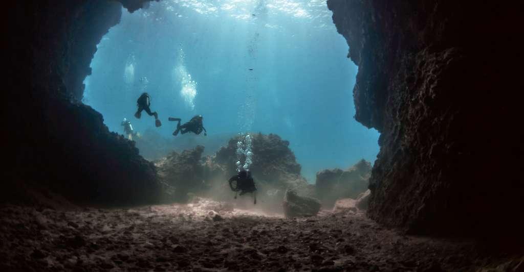 Grotte sous-marine. © Varakorn Kuldilok, Wikimedia commons, CC by-sa 3.0