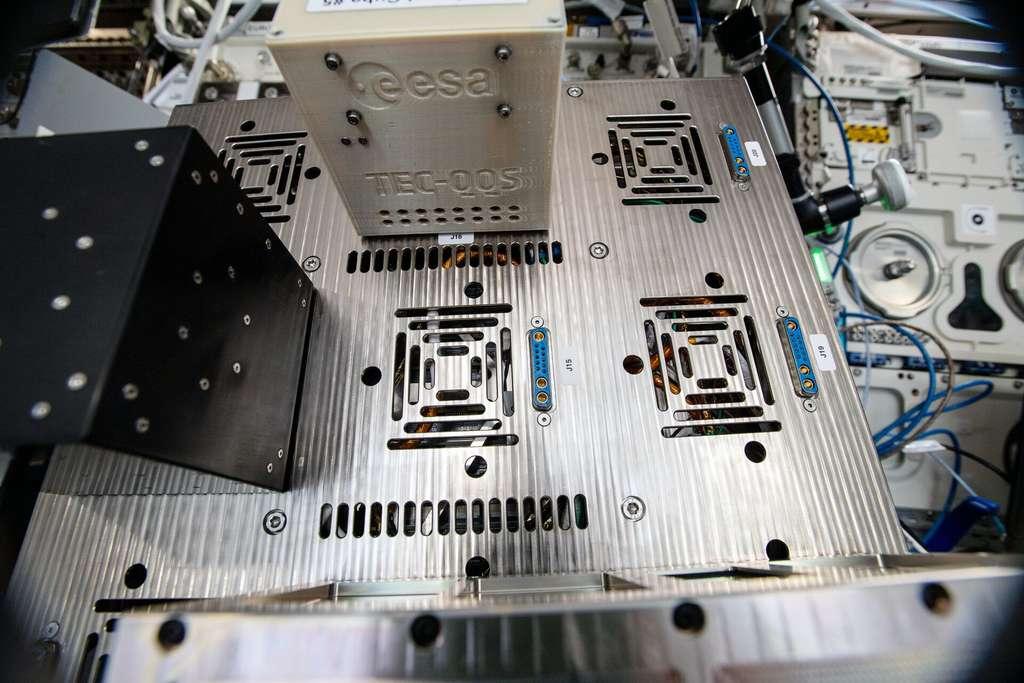 Le cube enfermant le Raspberry Pi Zero mesure 10 centimètres. En plus de deux méthodes de transmission chiffrées, il a permis de tester des mémoires informatiques disponibles dans le commerce. Il embarquait aussi un dosimètre de rayonnement. © ESA