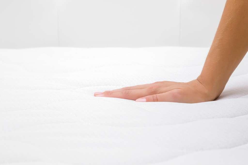 Le matelas à mémoire de forme a l'avantage d'être hypoallergénique. © fotoduets, Adobe Stock