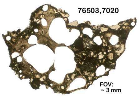 Microphotographie d'un fragment d'agglutinat de régolite mesurant 3 mm de diamètre récolté par Apollo 17. Crédits : Brad Jolliff, Université de Washington à Saint Louis. Reproduction interdite