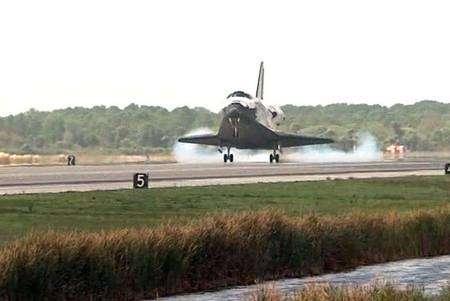 Contact de Discovery avec la piste du centre spatial Kennedy. Crédit Nasa
