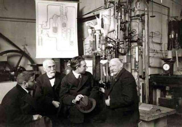 Paul Ehrenfest, Hendrik Lorentz, Niels Bohr, et Heike Kamerlingh Onnes (1919) dans le laboratoire de cryogénie à Leiden. © Wikipedia-Domaine public