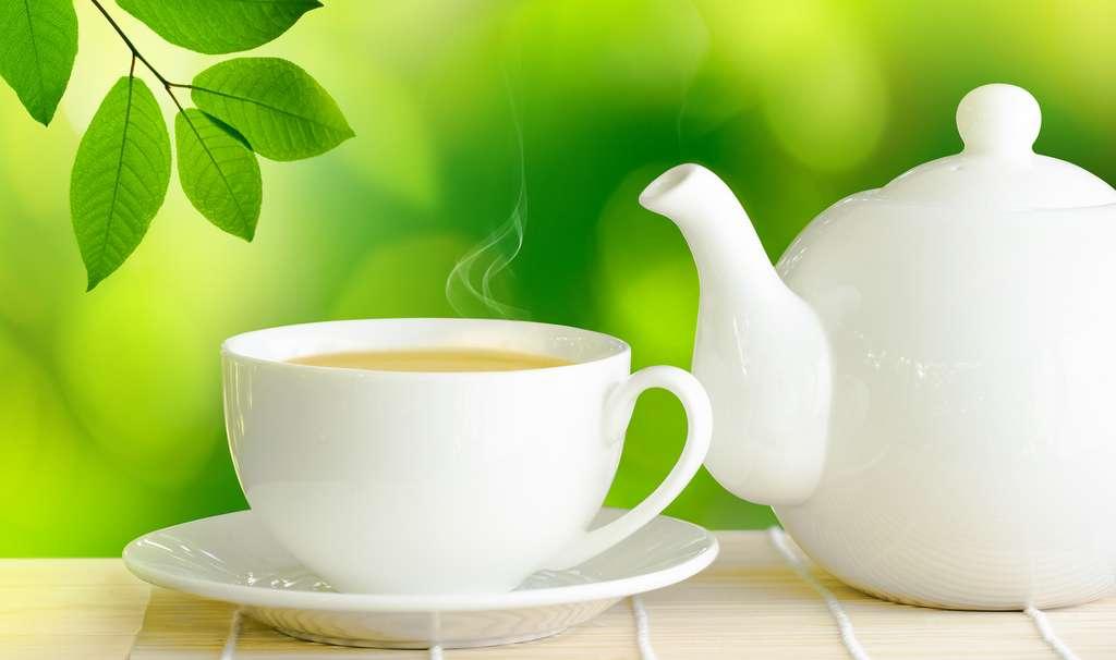 Le thé contient aussi de la caféine mais moins que le café. © interpas, Fotolia