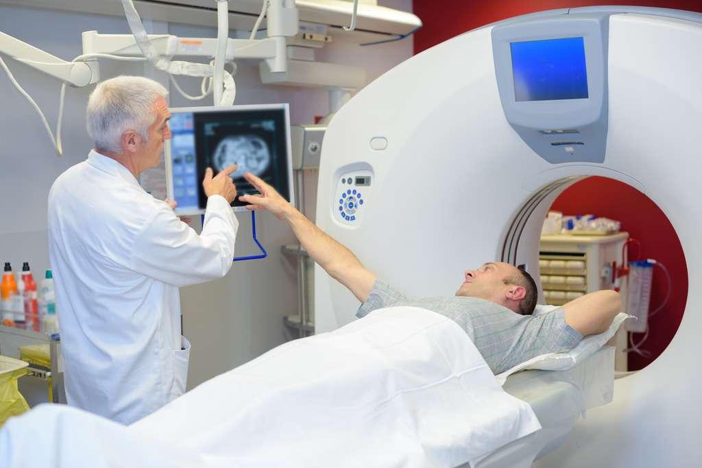 Le physicien médical est responsable du bon fonctionnement des appareils utilisant les radiations ionisantes comme le scanner. © auremar, Adobe Stock