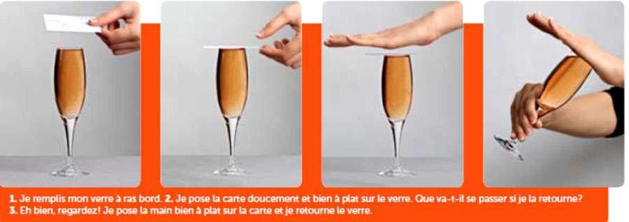 Une simple carte suffit pour faire tenir un liquide dans un verre la tête en bas. © Le Pommier