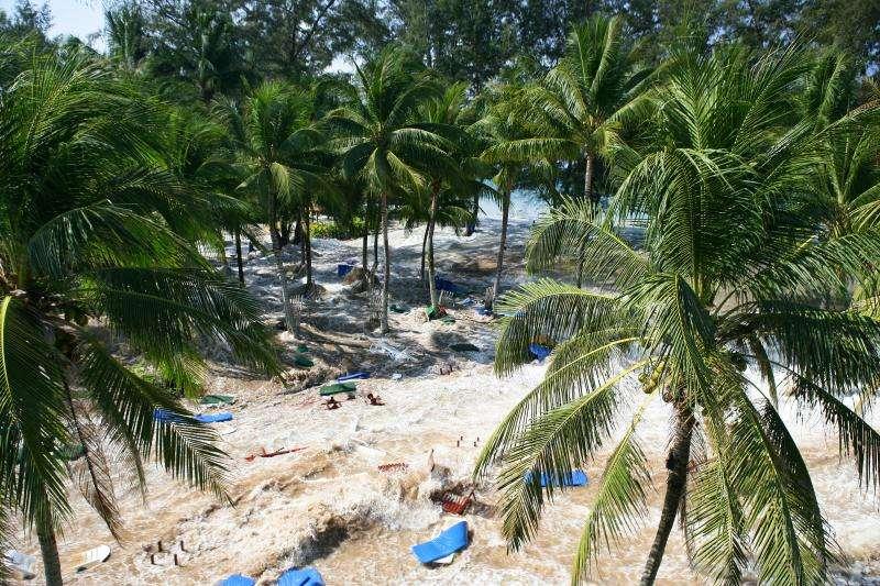 Le Tsunami arrive dans un hôtel de Phuket